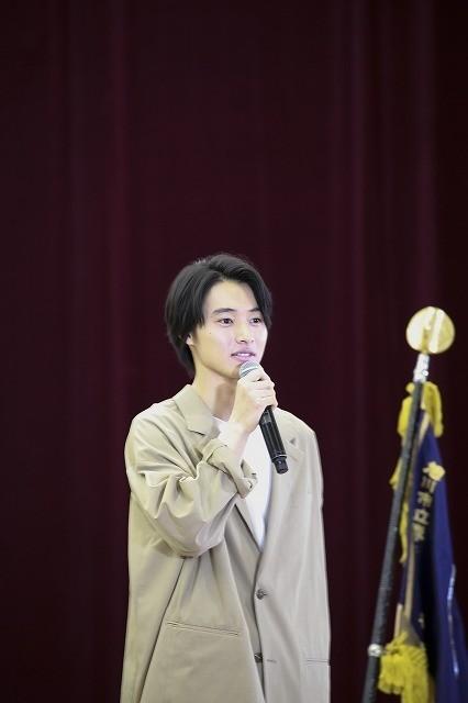 山崎賢人、卒業式にサプライズ登場!生徒300人の校歌斉唱に「泣きそうになった」 - 画像2