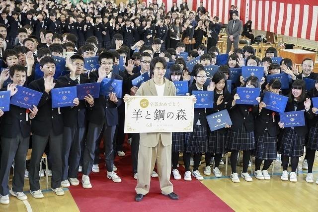 山崎賢人、卒業式にサプライズ登場!生徒300人の校歌斉唱に「泣きそうになった」 - 画像5