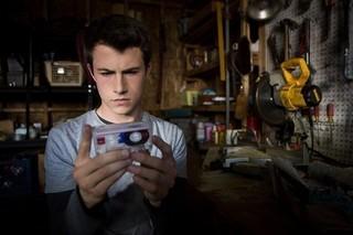 自殺助長と批判受け、Netflixが人気ドラマ「13の理由」冒頭に警告ビデオ
