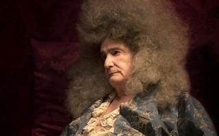 """病床に伏せた""""太陽王""""ルイ14世を演じる「ルイ14世の死」"""