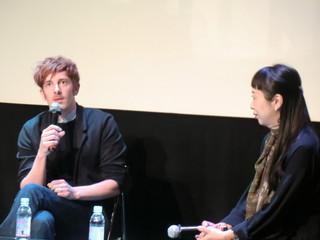 日本語で質問に答えたダミアン・マニベル監督「泳ぎすぎた夜」