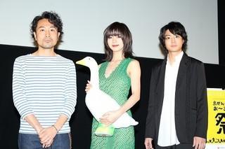 舞台挨拶を行った(左から)片桐健滋監督、 池田エライザ、健太郎「ルームロンダリング」