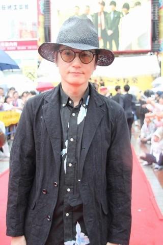 雨にも負けず、ファンとの写真 撮影にも応じた井浦新「のみとり侍」