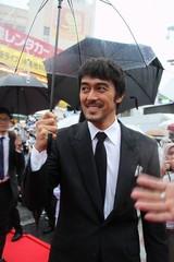 沖縄国際映画祭、雷雨のレッドカーペット決行!黒木メイサが阿部寛が井浦新がファンに感謝