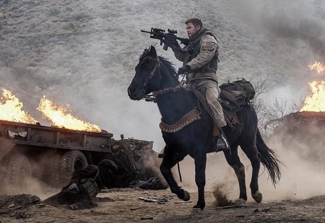 """戦車に対抗する手段はまさかの""""馬""""!衝撃実話「ホース・ソルジャー」本編映像公開"""