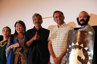 舞台挨拶を行ったS・S・ラージャマウリ 監督(中央)とプロデューサーの ショーブ・ヤーララガッダ「バーフバリ 王の凱旋 完全版」