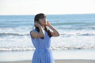 「フロントメモリー」MVで小松菜奈が駆け抜ける!「恋は雨上がりのように」