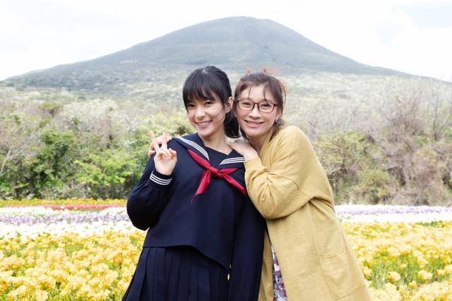 クランクアップした篠原涼子と芳根京子