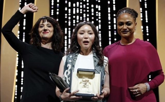 女優賞のサマル・イェスリャモワ(中)とアーシア・アルジェント(左)