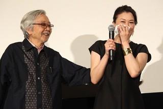 号泣する夏川結衣となだめる山田洋次監督「妻よ薔薇のように 家族はつらいよIII」