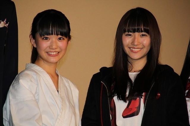 舞台挨拶を行った「SUPER☆GiRLS」 浅川梨奈(右)と阿部夢梨