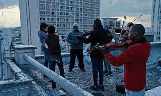 屋上で練習する楽器を奏でる子どもたち「オーケストラ・クラス」