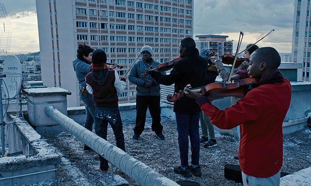 屋上で練習する楽器を奏でる子どもたち
