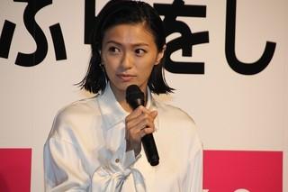 舞台挨拶に立った榮倉奈々「家に帰ると妻が必ず死んだふりをしています。」