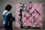 バンクシー、パリを「電撃攻撃」 フランス5月革命へのオマージュか
