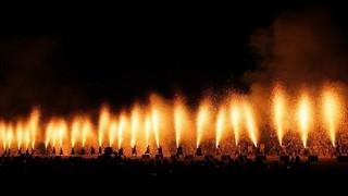 人力で竹筒を支える吹上式の手筒花火「ピース・ニッポン」