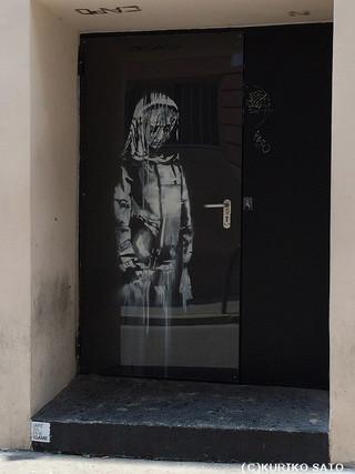 パリに突然現れたバンクシー作品 覆面アーティストの狙いは?