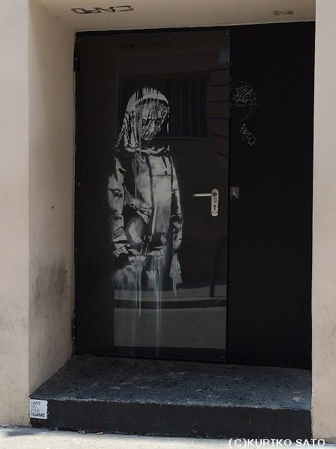 パリに突然現れたバンクシー作品 覆面アーティストの狙いは