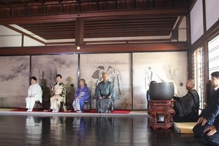 黒木華&樹木希林、京都・建仁寺で献茶式 艶やか着物姿で「お見合い写真を撮っておこうか」