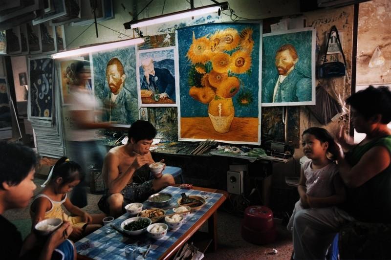 中国、世界最大の複製画村に潜入! 「世界で一番ゴッホを描いた男」場面写真公開