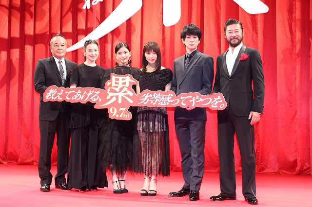 芳根京子が大粒の涙、土屋太鳳が猛烈ハグ!ダブル主演「累」で深めた友情に観客拍手