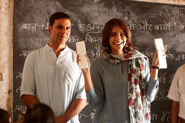 インドで生理用品の普及に励んだ男の実話「パッドマン」12月7日公開決定