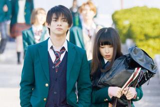 平野紫耀&桜井日奈子が2ショット登校!「ういらぶ。」ドS顔とらえた場面写真披露