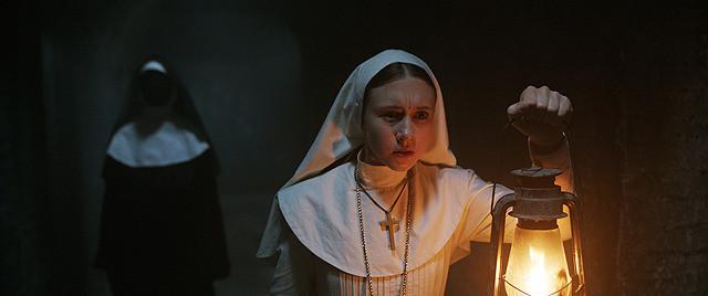 「死霊館のシスター」の一場面