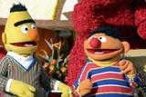 バート&アーニーのゲイ説、元脚本家が認めるも番組は否定