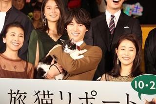 福士蒼汰、緊張しきりの「旅猫リポート」相棒を満面の笑顔でケア!