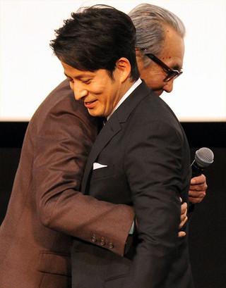 熱いハグを交わした木村大作監督と岡田准一「散り椿」
