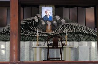 樹木希林さんと1500人が最後の別れ、長女・内田也哉子「母の言葉手繰り寄せます」