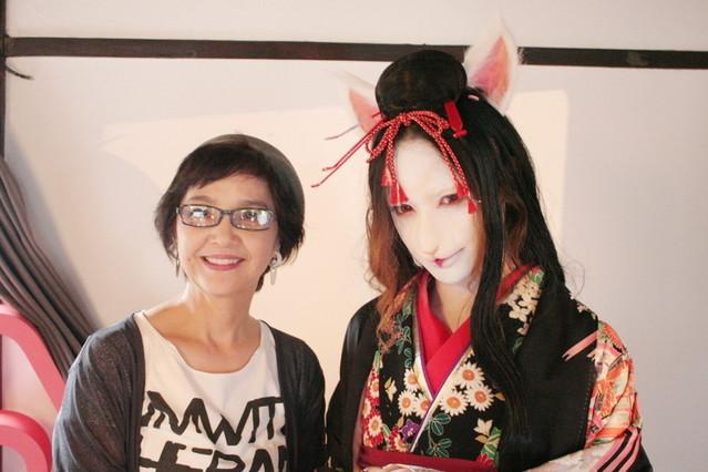 モデルに妖艶な化け猫メイクを施した江川悦子氏