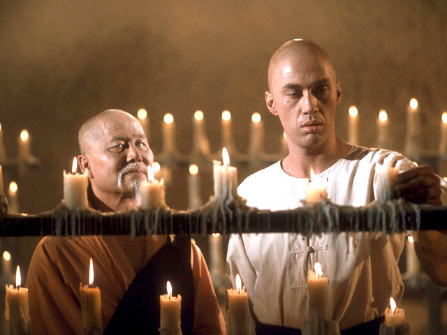 右がデビッド・キャラダイン、 左が師匠役のケイ・ルーク