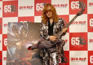 世界に1本だけのゴジラ・ギターを 披露した高見沢俊彦「GODZILLA 星を喰う者」