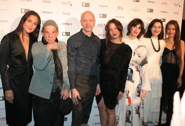ファイト・ヘルマー監督(左から3番目)と俳優陣