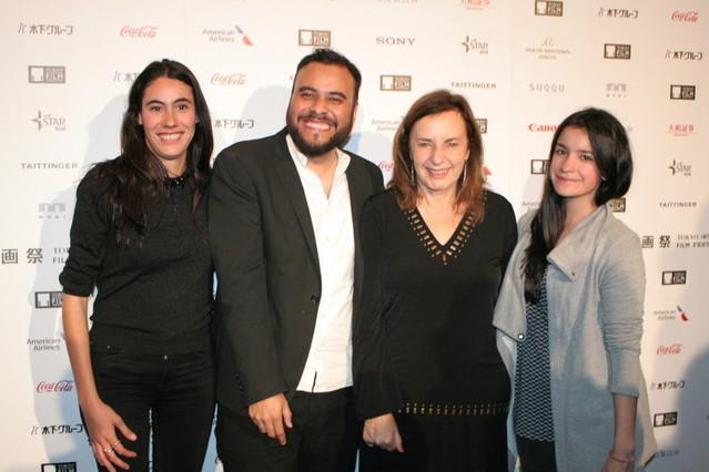 (左から)プロデューサーのアンドレア・トカ、 マルセリーノ ・イスラス・エルナンデス監督、 女優のベロニカ・ランガー、プロデューサーの ダニエラ・レイバ・ベセラ・アコスタ