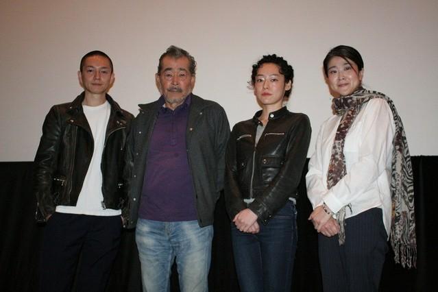 (左から)近浦啓監督、藤竜也、赤坂沙世、松本紀保