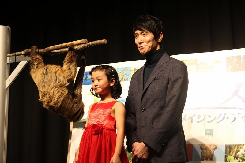 佐々木蔵之介、対面した本物のナマケモノを賞賛!「ここに来ている時点で働き者」