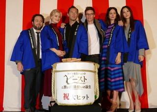 エディ・レッドメインら「ファンタビ」一行、最後のPR地・東京でヒット祈願の鏡割り
