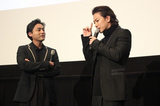 舞台挨拶を盛り上げえた山田孝之と佐藤健