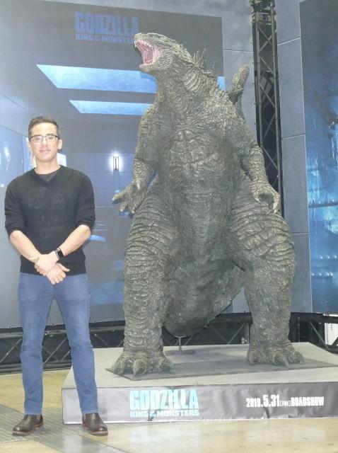 マイケル・ドハティ監督と巨大ゴジラ立像