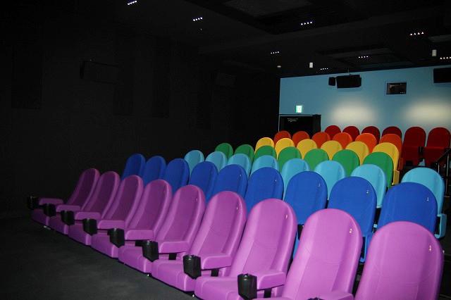 7色の座席と青空をイメージした壁面の「RAINBOW」