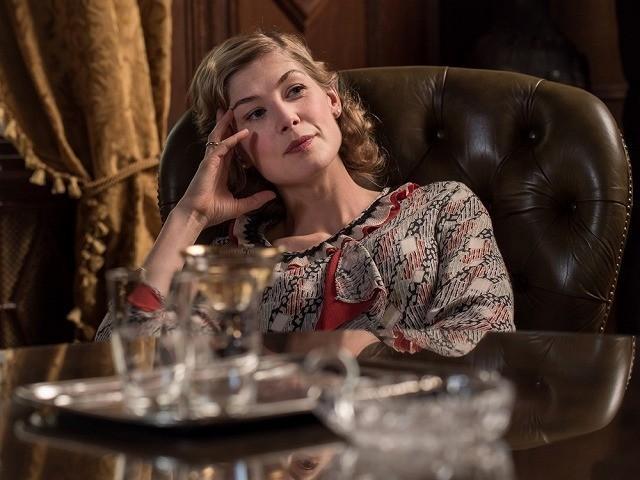 「ゴーン・ガール」のロザムンド・パイクが 妻を演じている