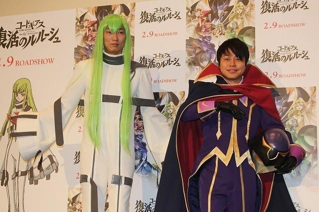 コスプレで登場した石田明(左)と井上裕介