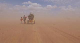 美しい大海原を進むボート、しかしその乗員は… 世界の難民問題を映す「ヒューマン・フロー」冒頭映像