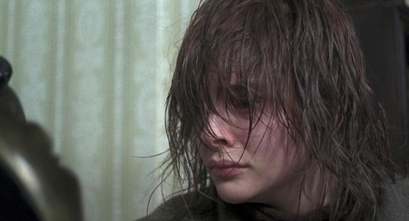 クロエ・グレース・モレッツがずぶ濡れのネズミのように…「サスペリア」場面写真公開