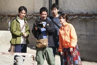 前田敦子ら共演者との一場面「旅のおわり世界のはじまり」