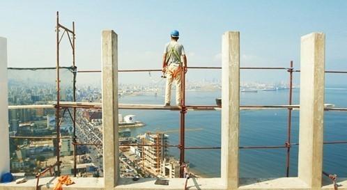 建設現場で働くシリア人移民労働者の受難を映す