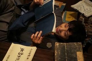 星野源、38歳の誕生日記念! 主演作「引っ越し大名!」劇中カット披露